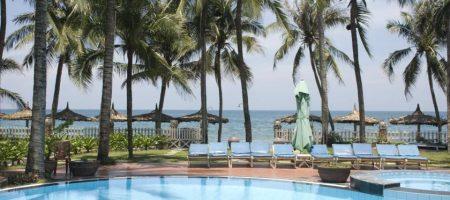 Вьетнам ФМ продолжает рассказывать и показывать отели Вьетнама. Наше мнение о Canary Beach в Муйне, отель для трех звезд очень даже не плох. Зеленая территория и очень большой бассейн. Отель находится прямо на пляже, выходите из отеля и сразу пляж. Отельный пляж не большой, но чистый. Персонал каждое утро чистит от водорослей берег. Отель открыт в 2014г. Номера очень приличные. Уборка ежедневно, полотенца меняют каждый день. Постельное белье два раза в неделю. В отеле очень приличный ресторан, большой и очень аккуратный. Мы бы его сравнили с рестораном в тайском отеле. Завтраки очень разнообразные, персонал старается что бы еда не повторялась, часто меняют меню. Персонал доброжелательный, по русски не говорит, в основном на английском общаются. Русские туристы 50 процентов, на выходные заезжают китайцы. Несколько напрягает шум от них. Но это только на выходные. За территорией отеля много кафе и спа-салонов. Есть где вечером прогуляться и прикупить сувениры!